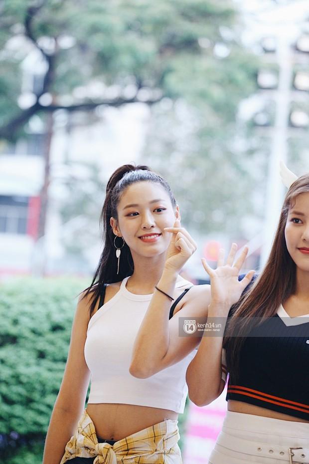Báu vật quốc dân Seolhyun quyến rũ khó cưỡng, Hyomin rạng rỡ bên dàn chân dài AOA tại fansign ở Việt Nam - Ảnh 2.