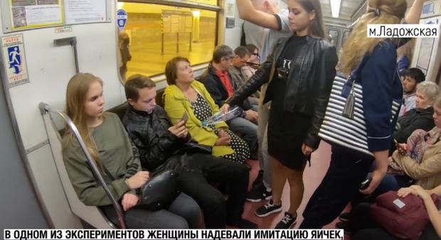 Nga: Cô gái xinh đẹp cầm chai thuốc tẩy đi trừng phạt các thanh niên ngồi dạng chân trên tàu điện gây tranh cãi lớn trên MXH - Ảnh 1.