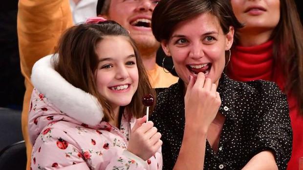 Bị phía Tom Cruise gây sức ép, Katie Holmes không dám gặp gỡ bạn thân vì sợ mất quyền nuôi Suri? - Ảnh 1.