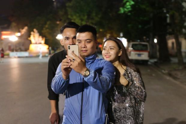 Nhiệt độ Hà Nội đột ngột giảm mạnh, người dân mặc áo ấm ra đường - Ảnh 3.