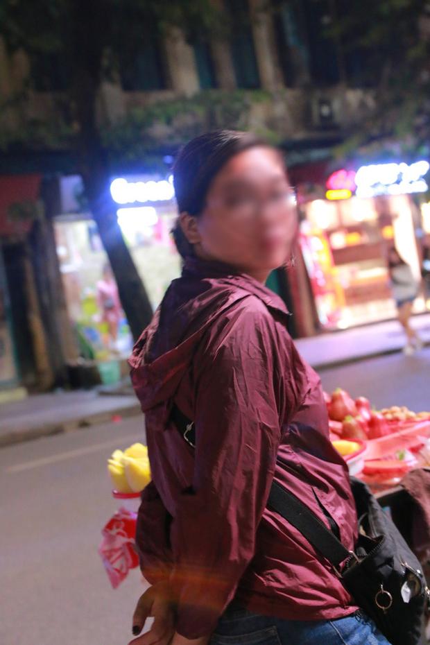 Nhiệt độ Hà Nội đột ngột giảm mạnh, người dân mặc áo ấm ra đường - Ảnh 9.