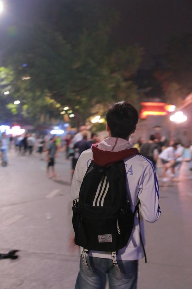 Nhiệt độ Hà Nội đột ngột giảm mạnh, người dân mặc áo ấm ra đường - Ảnh 10.