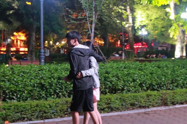 Nhiệt độ Hà Nội đột ngột giảm mạnh, người dân mặc áo ấm ra đường - Ảnh 13.