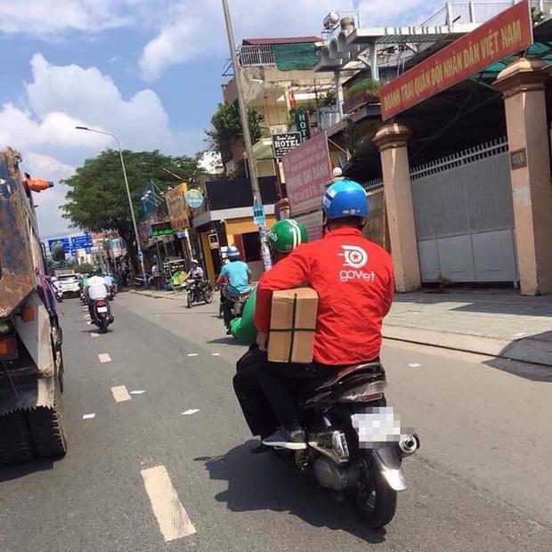 Góc đoàn kết: Thanh niên áo xanh GrabBike đèo bạn áo đỏ Go Việt, đội mũ Uber là hình ảnh ấm áp nhất MXH hôm nay - Ảnh 1.