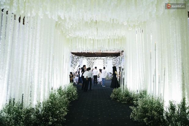 Chiêm ngưỡng lại không gian lễ cưới ngập hoa tươi, đẹp lung linh như cổ tích trong đám cưới của Trường Giang - Nhã Phương - Ảnh 3.
