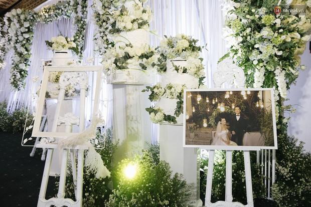 Chiêm ngưỡng lại không gian lễ cưới ngập hoa tươi, đẹp lung linh như cổ tích trong đám cưới của Trường Giang - Nhã Phương - Ảnh 4.