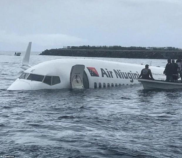Máy bay chở 47 hành khách trượt khỏi đường băng, lao xuống biển - Ảnh 1.