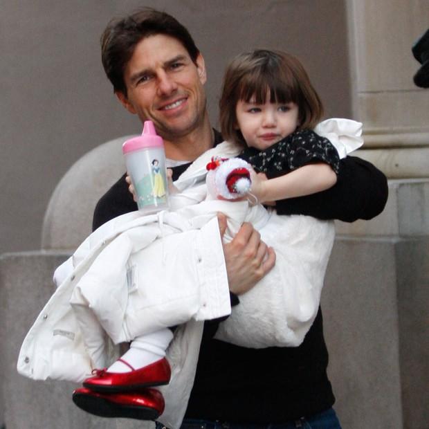 Bị phía Tom Cruise gây sức ép, Katie Holmes không dám gặp gỡ bạn thân vì sợ mất quyền nuôi Suri? - Ảnh 2.