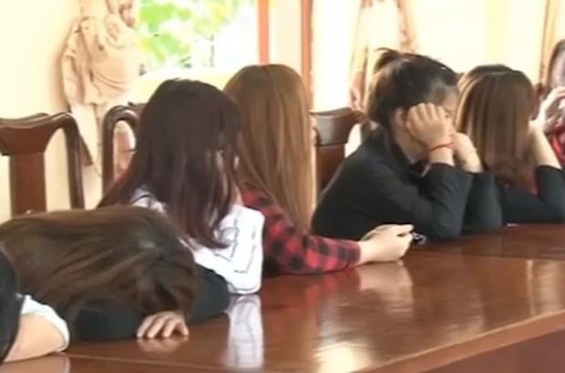 Đột kích động múa hát khiêu dâm tại quán karaoke Hoa Mùa Thu - Ảnh 2.