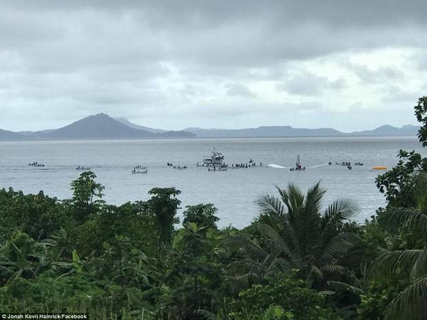 Máy bay chở 47 hành khách trượt khỏi đường băng, lao xuống biển - Ảnh 4.