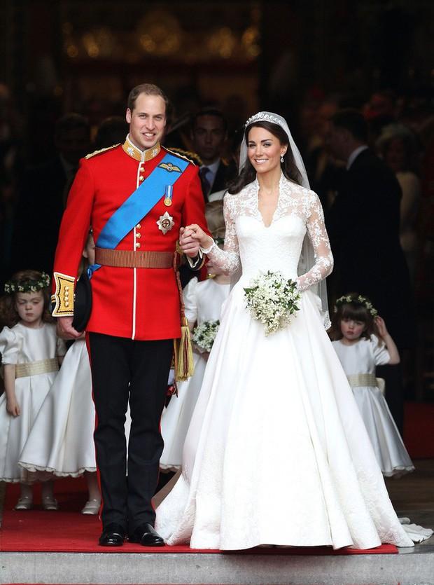 Bí mật tinh tế phía sau váy cưới của Meghan Markle lại khiến người ta nhớ đến công nương Diana và Kate Middleton - Ảnh 5.