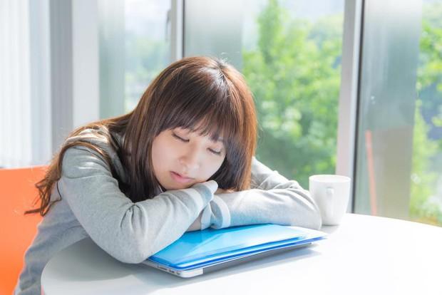 Đây là những dấu hiệu cảnh báo bạn đang rơi vào tình trạng thiếu ngủ trầm trọng - Ảnh 3.
