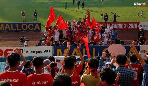 CĐV nhảy xuống sân ăn mừng cùng Tiến Dũng, Trọng Đại nhân ngày Viettel giành ngôi vô địch - Ảnh 3.