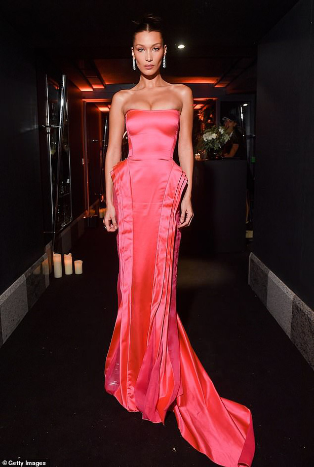 Biến hình thành Marilyn Monroe, Bella Hadid diện váy chật ních o ép vòng 1 nảy nở - Ảnh 3.