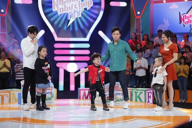 Cậu bé 6 tuổi kiên trì vẫy tay, kéo áo chú Trấn Thành để khen đẹp trai - Ảnh 2.