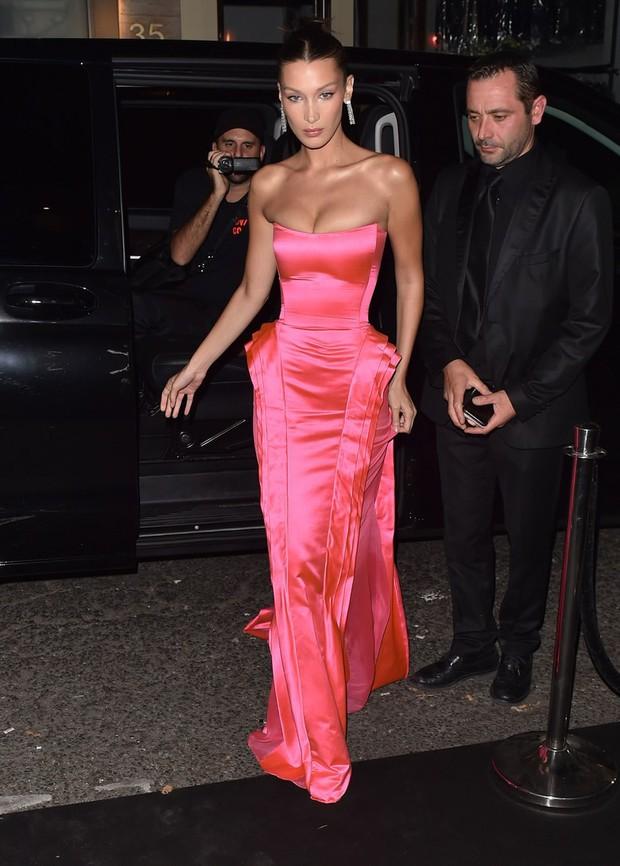 Biến hình thành Marilyn Monroe, Bella Hadid diện váy chật ních o ép vòng 1 nảy nở - Ảnh 1.