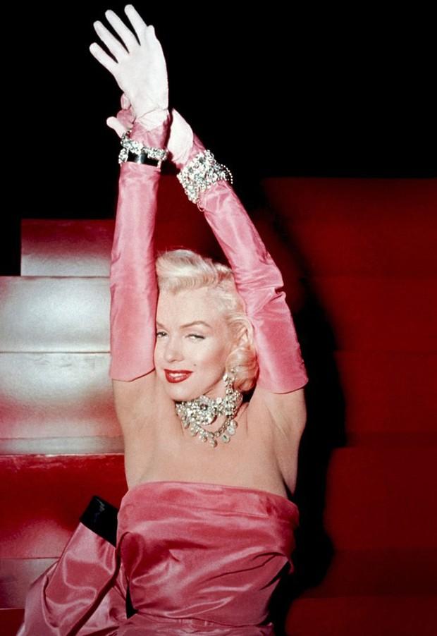 Biến hình thành Marilyn Monroe, Bella Hadid diện váy chật ních o ép vòng 1 nảy nở - Ảnh 2.