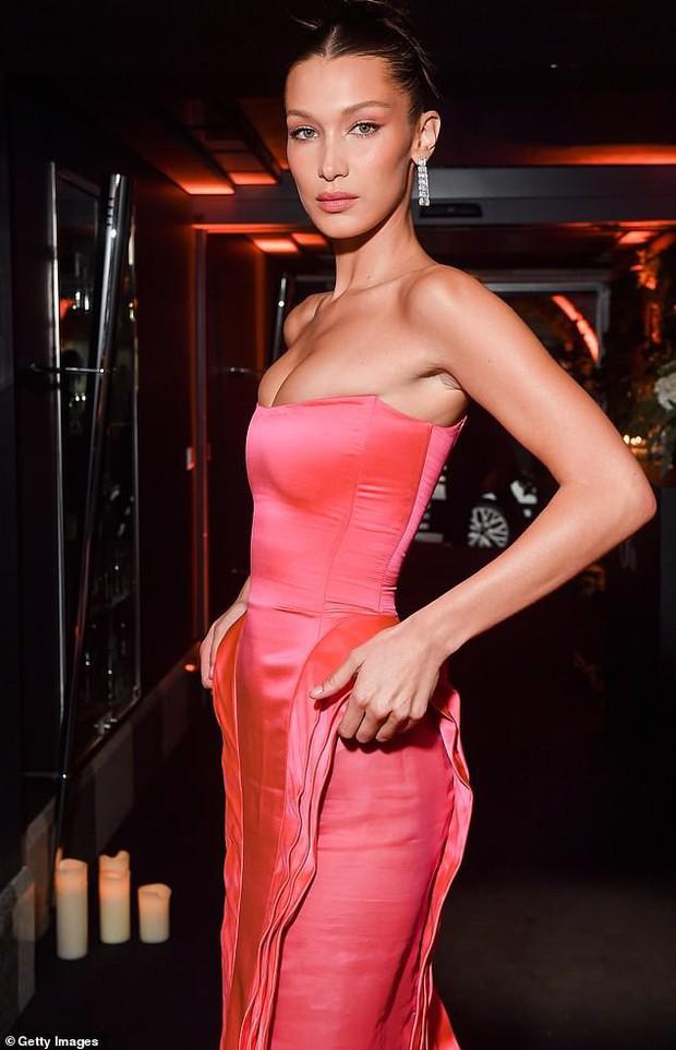 Biến hình thành Marilyn Monroe, Bella Hadid diện váy chật ních o ép vòng 1 nảy nở - Ảnh 4.