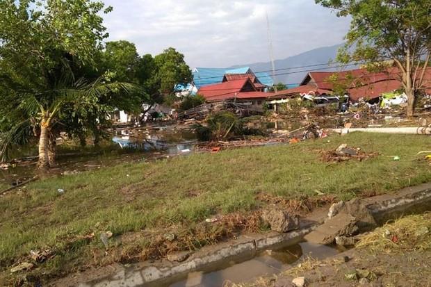 Hiện trường tan hoang sau trận động đất, sóng thần ở Indonesia - Ảnh 8.