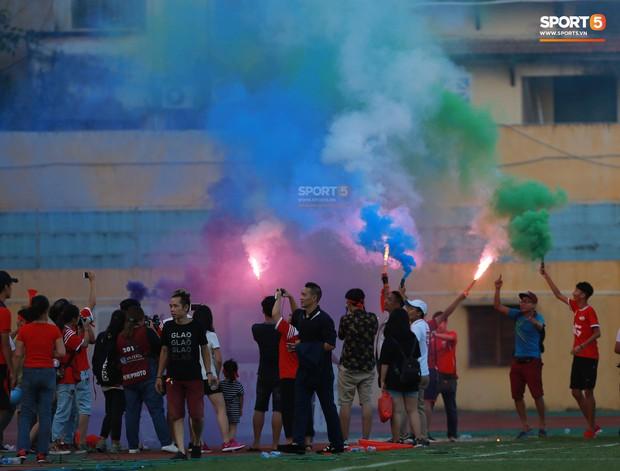 CĐV nhảy xuống sân ăn mừng cùng Tiến Dũng, Trọng Đại nhân ngày Viettel giành ngôi vô địch - Ảnh 8.