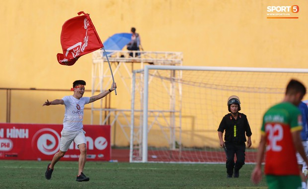 CĐV nhảy xuống sân ăn mừng cùng Tiến Dũng, Trọng Đại nhân ngày Viettel giành ngôi vô địch - Ảnh 5.