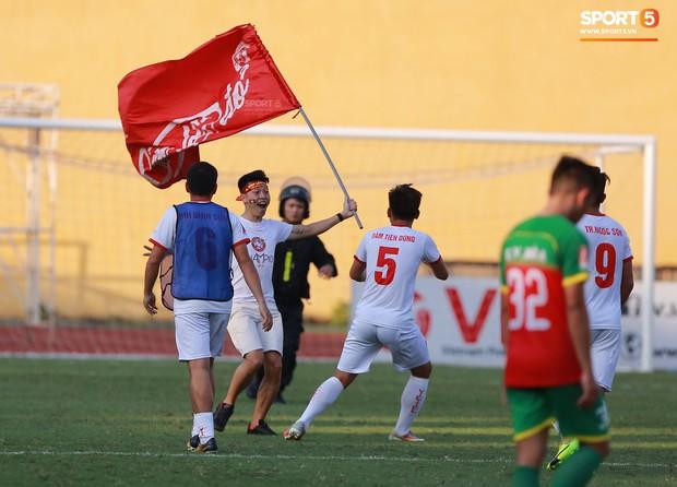 CĐV nhảy xuống sân ăn mừng cùng Tiến Dũng, Trọng Đại nhân ngày Viettel giành ngôi vô địch - Ảnh 6.