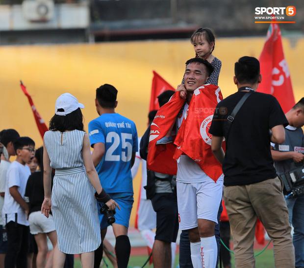 CĐV nhảy xuống sân ăn mừng cùng Tiến Dũng, Trọng Đại nhân ngày Viettel giành ngôi vô địch - Ảnh 7.