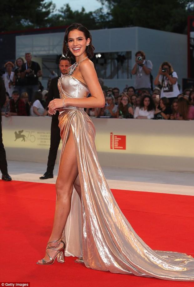 LHP Venice: Bạn gái xinh đẹp của Neymar suýt lộ hàng trên thảm đỏ vì váy xẻ tà cao táo bạo - Ảnh 1.