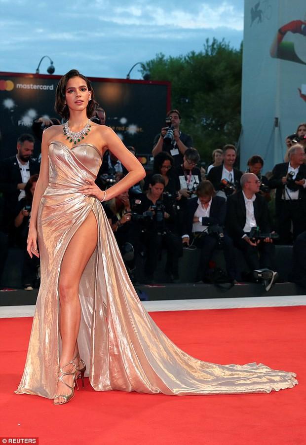 LHP Venice: Bạn gái xinh đẹp của Neymar suýt lộ hàng trên thảm đỏ vì váy xẻ tà cao táo bạo - Ảnh 5.