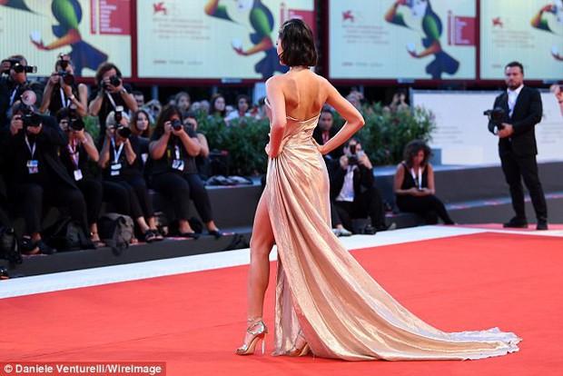 LHP Venice: Bạn gái xinh đẹp của Neymar suýt lộ hàng trên thảm đỏ vì váy xẻ tà cao táo bạo - Ảnh 6.