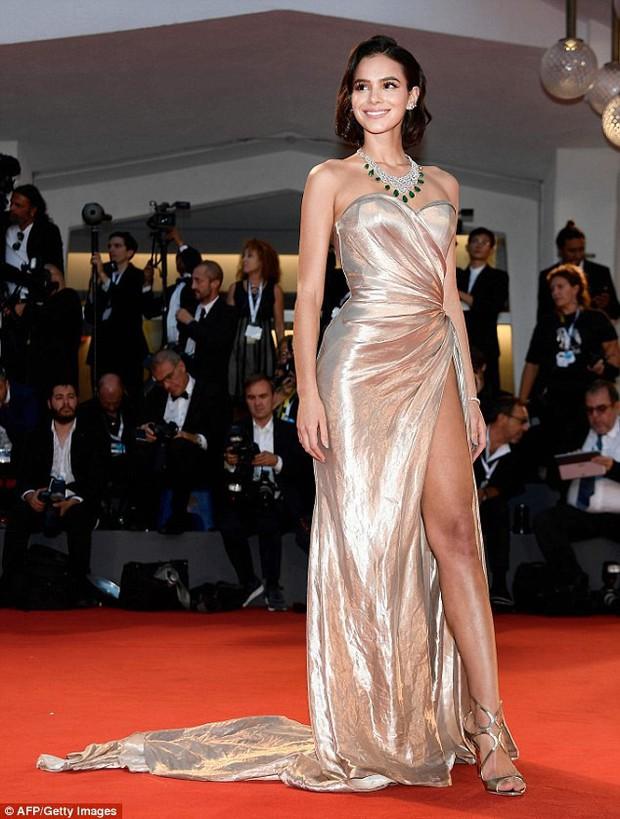 LHP Venice: Bạn gái xinh đẹp của Neymar suýt lộ hàng trên thảm đỏ vì váy xẻ tà cao táo bạo - Ảnh 3.
