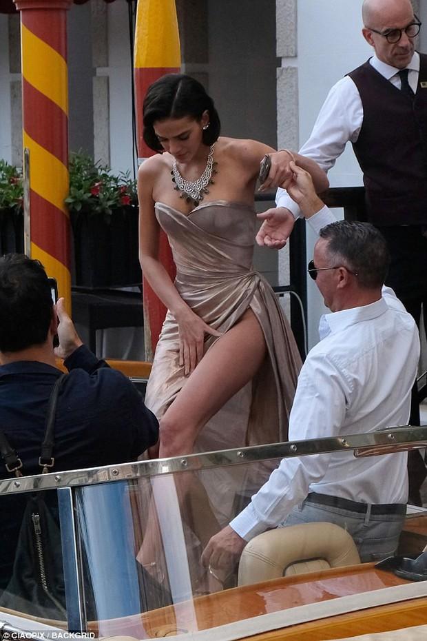 LHP Venice: Bạn gái xinh đẹp của Neymar suýt lộ hàng trên thảm đỏ vì váy xẻ tà cao táo bạo - Ảnh 7.