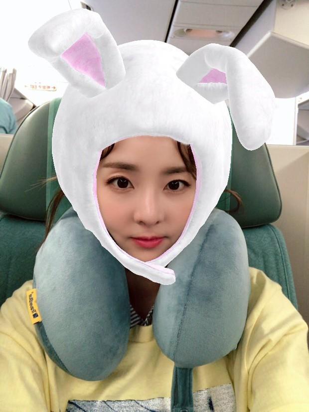 Dara, Hyomin cùng sang Việt Nam vào sáng nay nhưng gặp trục trặc, Sulli đẹp đỉnh cao bên chân dài Soyu tại sân bay - Ảnh 10.