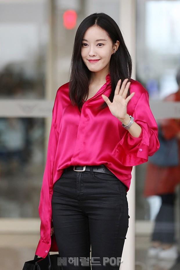 Dara, Hyomin cùng sang Việt Nam vào sáng nay nhưng gặp trục trặc, Sulli đẹp đỉnh cao bên chân dài Soyu tại sân bay - Ảnh 3.