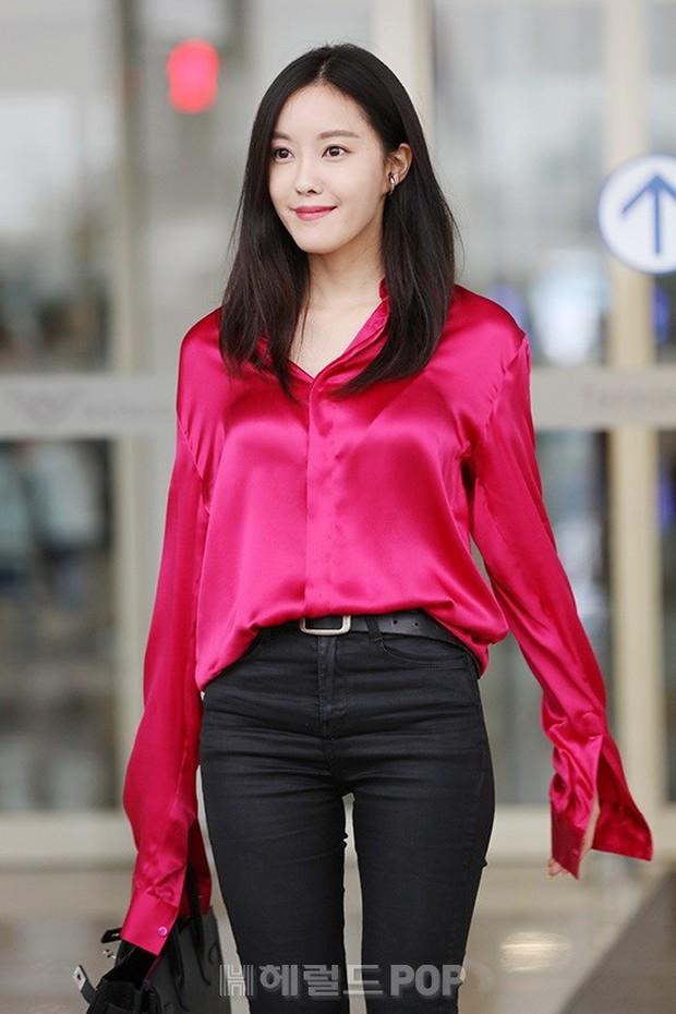 Dara, Hyomin cùng sang Việt Nam vào sáng nay nhưng gặp trục trặc, Sulli đẹp đỉnh cao bên chân dài Soyu tại sân bay - Ảnh 4.