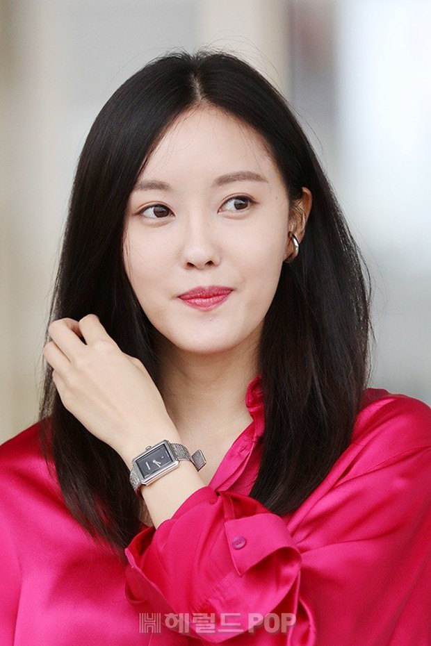 Dara, Hyomin cùng sang Việt Nam vào sáng nay nhưng gặp trục trặc, Sulli đẹp đỉnh cao bên chân dài Soyu tại sân bay - Ảnh 5.