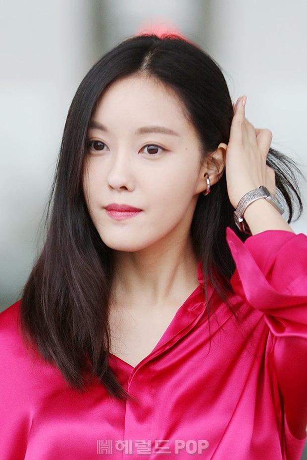 Dara, Hyomin cùng sang Việt Nam vào sáng nay nhưng gặp trục trặc, Sulli đẹp đỉnh cao bên chân dài Soyu tại sân bay - Ảnh 6.