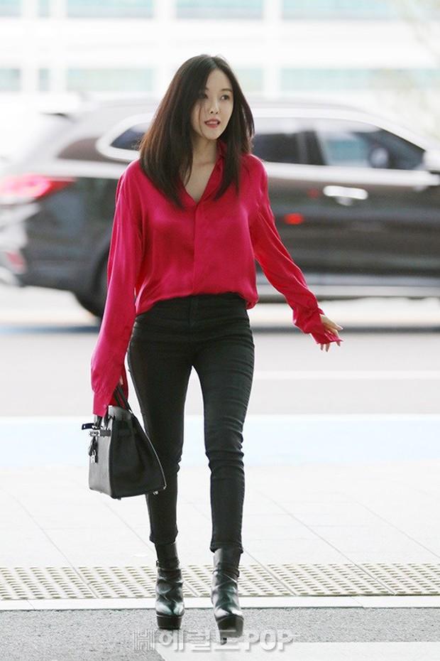 Dara, Hyomin cùng sang Việt Nam vào sáng nay nhưng gặp trục trặc, Sulli đẹp đỉnh cao bên chân dài Soyu tại sân bay - Ảnh 1.