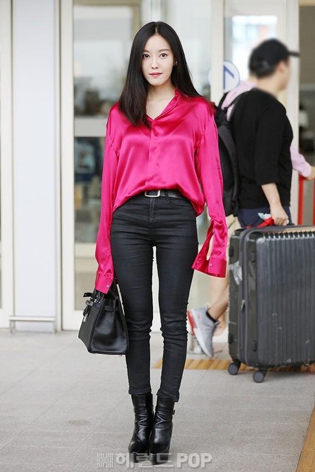 Dara, Hyomin cùng sang Việt Nam vào sáng nay nhưng gặp trục trặc, Sulli đẹp đỉnh cao bên chân dài Soyu tại sân bay - Ảnh 2.
