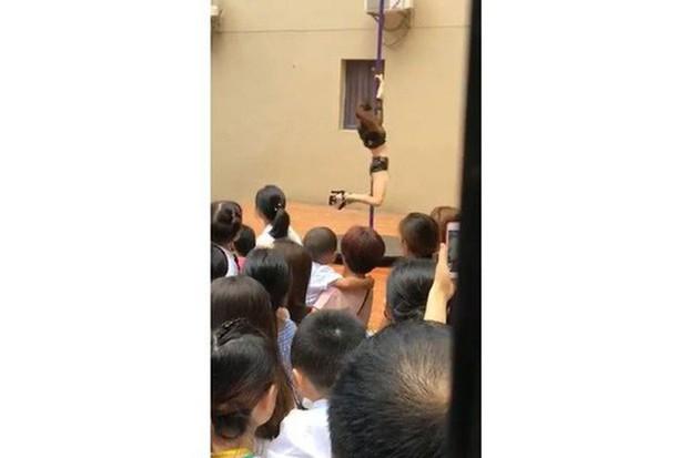 Trung Quốc: Trường mẫu giáo mừng khai giảng bằng... múa cột - Ảnh 1.