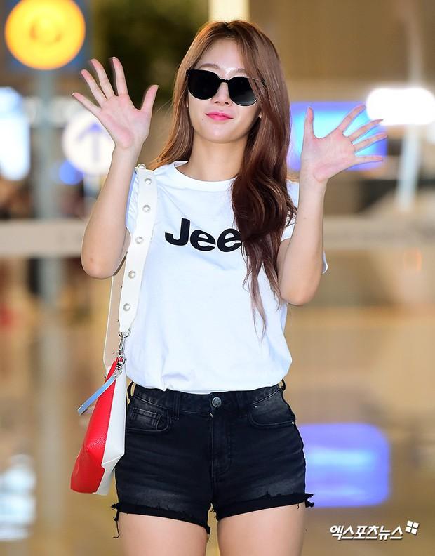 Dara, Hyomin cùng sang Việt Nam vào sáng nay nhưng gặp trục trặc, Sulli đẹp đỉnh cao bên chân dài Soyu tại sân bay - Ảnh 21.