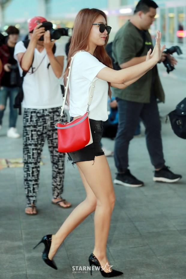Dara, Hyomin cùng sang Việt Nam vào sáng nay nhưng gặp trục trặc, Sulli đẹp đỉnh cao bên chân dài Soyu tại sân bay - Ảnh 18.
