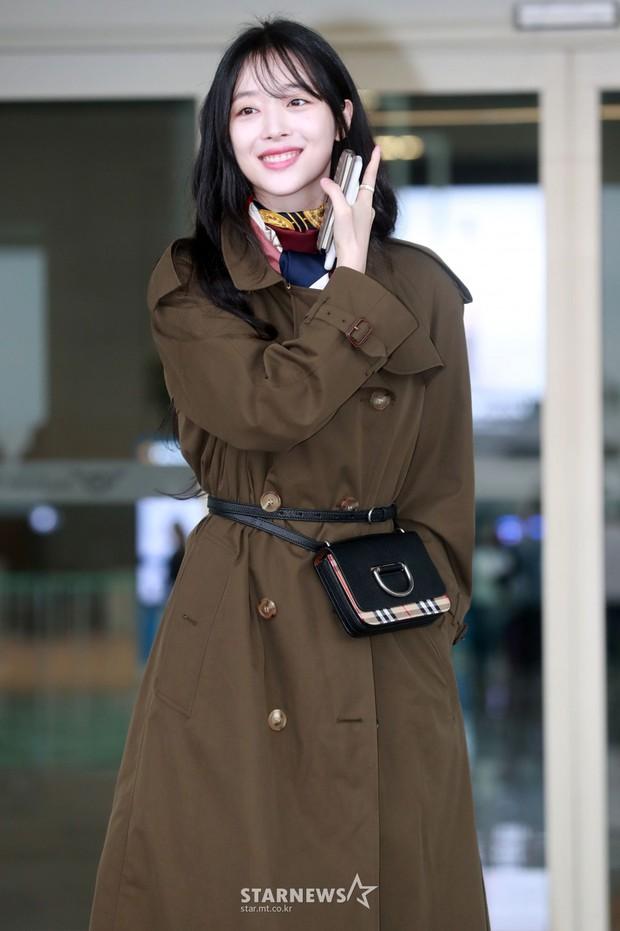 Dara, Hyomin cùng sang Việt Nam vào sáng nay nhưng gặp trục trặc, Sulli đẹp đỉnh cao bên chân dài Soyu tại sân bay - Ảnh 14.