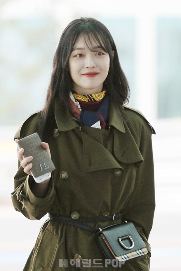 Dara, Hyomin cùng sang Việt Nam vào sáng nay nhưng gặp trục trặc, Sulli đẹp đỉnh cao bên chân dài Soyu tại sân bay - Ảnh 13.