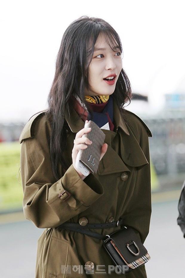 Dara, Hyomin cùng sang Việt Nam vào sáng nay nhưng gặp trục trặc, Sulli đẹp đỉnh cao bên chân dài Soyu tại sân bay - Ảnh 12.