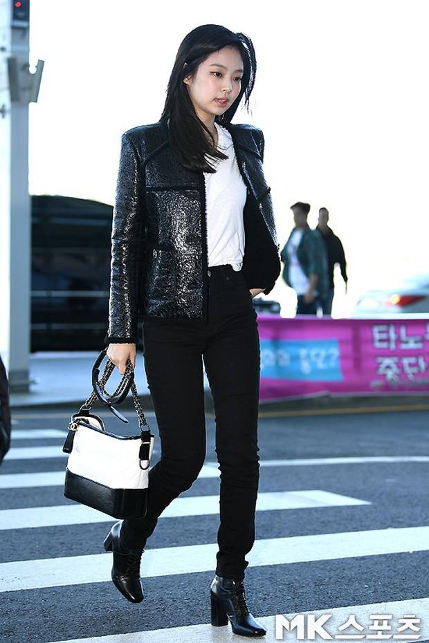 Đẳng cấp như Jennie (Black Pink) ra sân bay: Đơn giản nhưng vẫn đẹp hoàn hảo, sang chảnh như dự sự kiện - Ảnh 2.