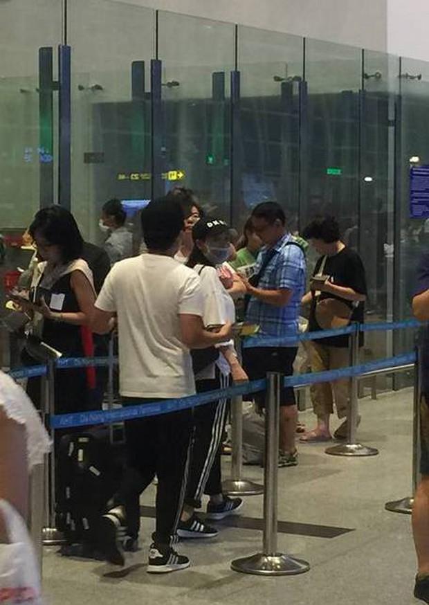 Vợ chồng Trường Giang - Nhã Phương bị bắt gặp ở sân bay, chuẩn bị đi nước ngoài hưởng tuần trăng mật? - Ảnh 2.