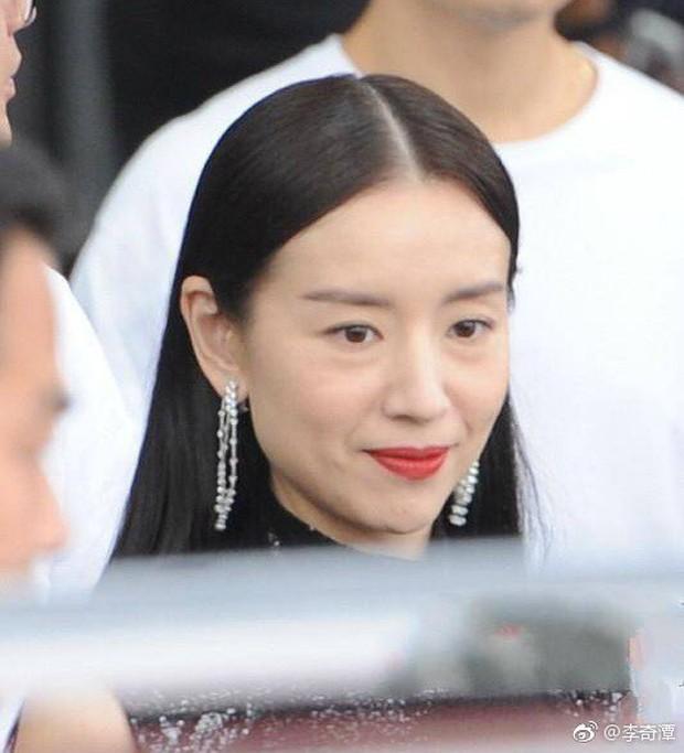 Choáng với nhan sắc thật sự tuổi 38 của Hoàng hậu Đổng Khiết: Da chảy xệ, gương mặt toàn nếp nhăn - Ảnh 7.