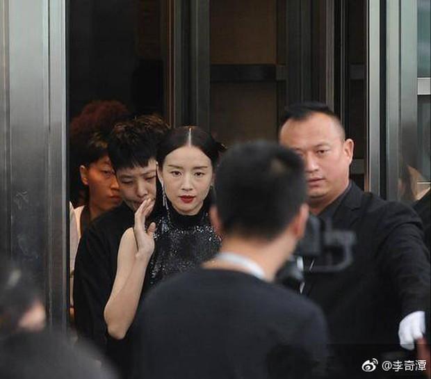 Choáng với nhan sắc thật sự tuổi 38 của Hoàng hậu Đổng Khiết: Da chảy xệ, gương mặt toàn nếp nhăn - Ảnh 8.