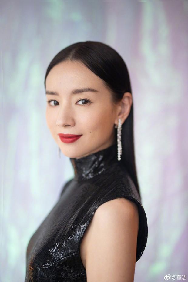 Choáng với nhan sắc thật sự tuổi 38 của Hoàng hậu Đổng Khiết: Da chảy xệ, gương mặt toàn nếp nhăn - Ảnh 2.